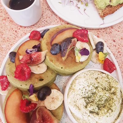 Les pancakes au matcha et au sirop d'érable de Peonies