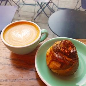 Le cappuccino et cinnamon roll de 5Pailles