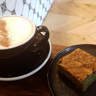 Le chai latte et matcha brownie de Saint Pearl