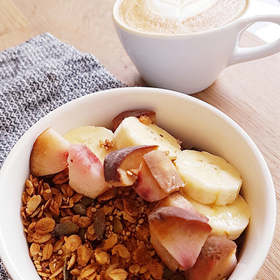 Le granola et cappuccino de Fringe