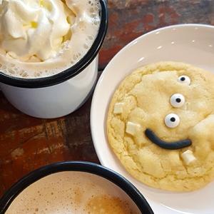 Le macadamia latte et cookie de Motors Coffee