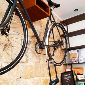 Le vélo au mur chez Le Peloton