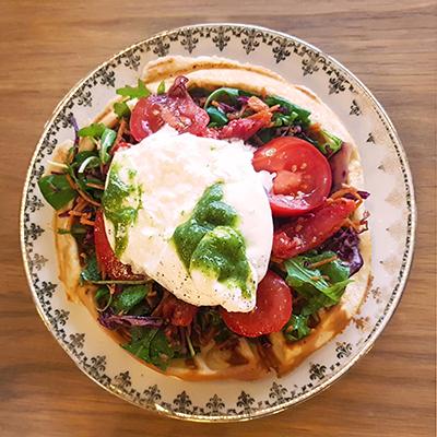 Les gaufres au pesto, burrata et tomates de Mignon Café