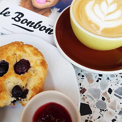 Le cappucino et scone de Good News Coffee
