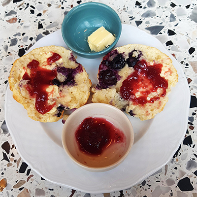 Le scone confiture et beurre de Good News Coffee