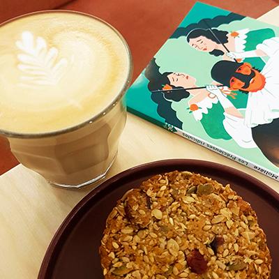 Le latte et granola cookie de Ici Librairie