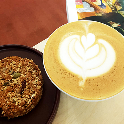 Le cappuccino et granola cookie de Ici Librairie