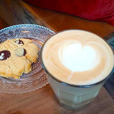 Le cookie et latte de Lactem Café