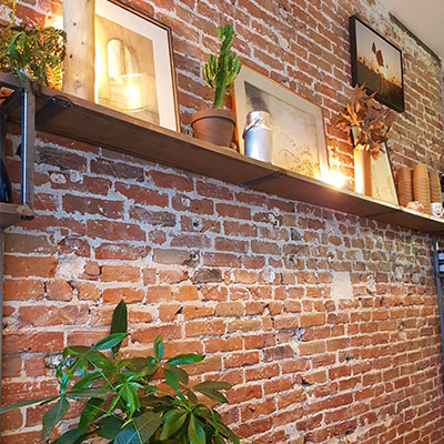 Le mur en brique de Lactem Café