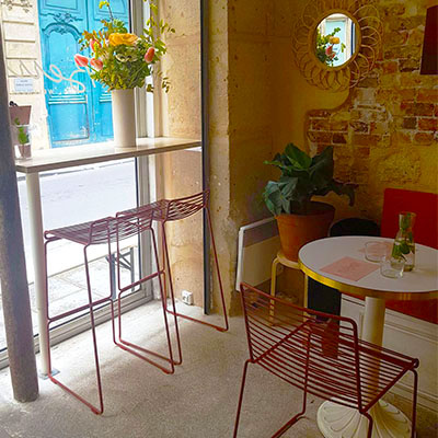 Les chaises hautes de Café Berry donnant sur la rue