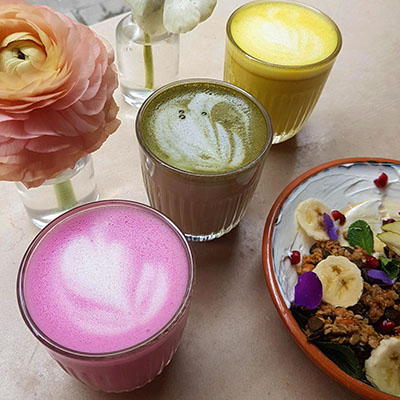 Les latte et granolas de Café Berry