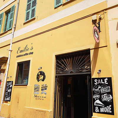 La façade jaune de Emilie's Cookies
