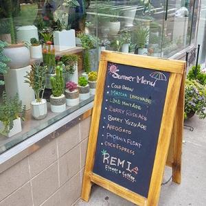 La devanture de Remi Flowers and Coffee