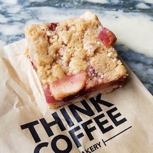 Le crumble, pomme, cannelle et fraises de Think Coffee