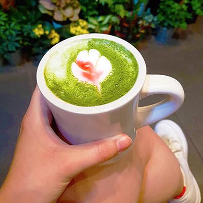 Le matcha pink latte de Remi Flowers & Coffee