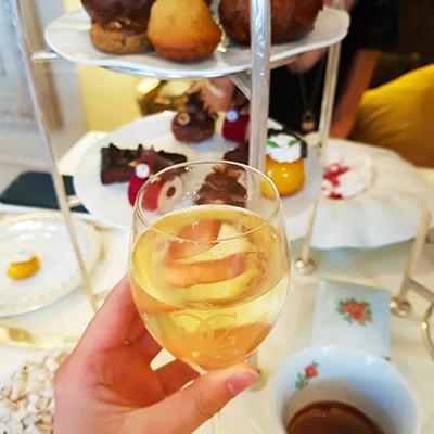 Le champagne et chariot du tea time du Four Seasons