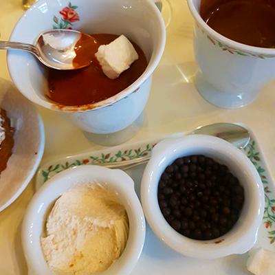 Le chocolat chaud, la crème, les billes de chocolat et masmallows du Four Seasons