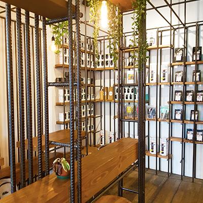 L'intérieur boisé de Bear Market Coffee