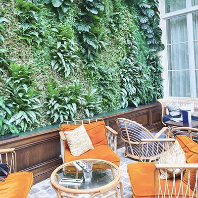 Les fauteuils et le mur végétal de The Hoxton