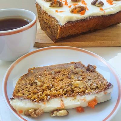Une fine tranche de carrot cake