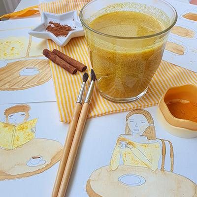 Pause Golden Latte pendant sa séance d'acquarelle